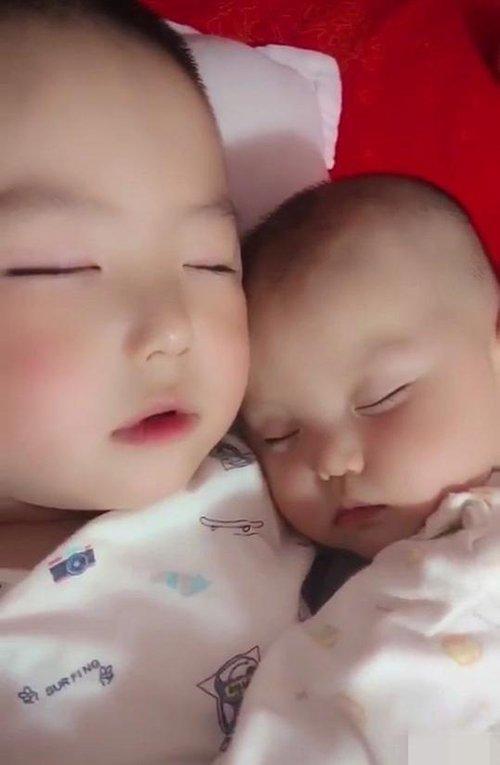 Thấy hai con ngủ thiếp trên giường, mẹ lật giở tấm chăn thì chỉ muốn bật khóc