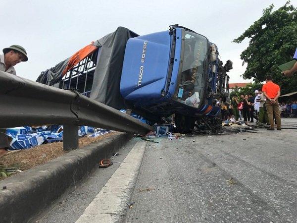 Dù có 5 người tử vong khi đứng xem tai nạn, người dân hiếu kỳ vẫn vây kín hiện trường