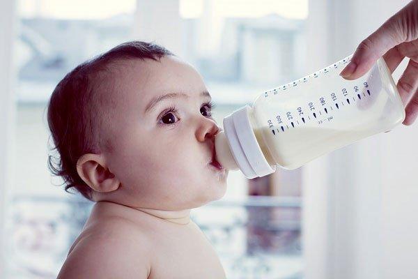 Mẹo giúp con sơ sinh bú bình thành thạo như bú mẹ