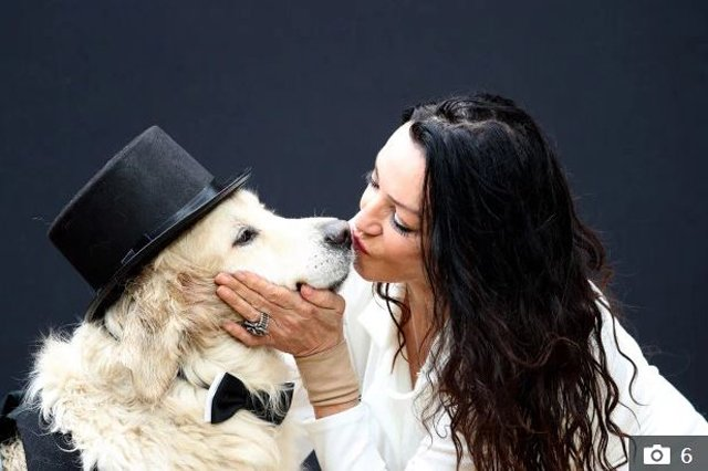 Sau 220 lần hẹn hò thất bại, người phụ nữ nóng bỏng làm đám cưới với… chó vì sợ ế