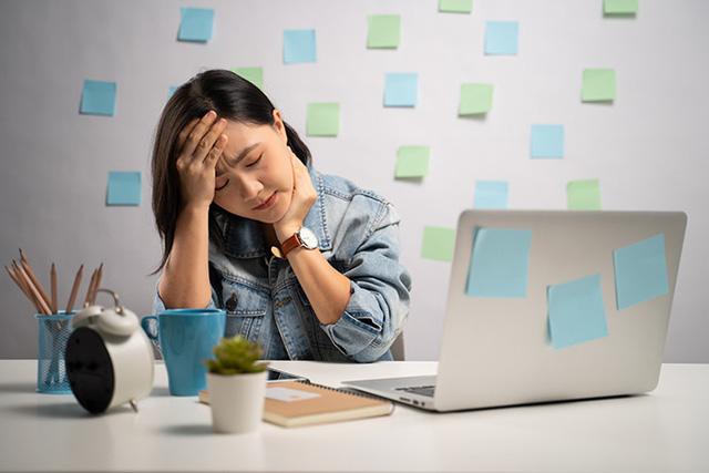 Báo động tình trạng sức khỏe của dân văn phòng thường xuyên làm việc tại bàn máy tính: Ảnh hưởng đến cơ thể từ trong ra ngoài - Ảnh 2.