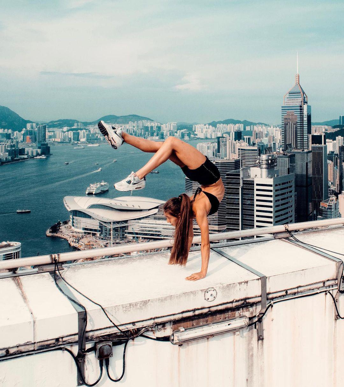 Cô gái Nga thách thức tử thần trên nóc nhà chọc trời